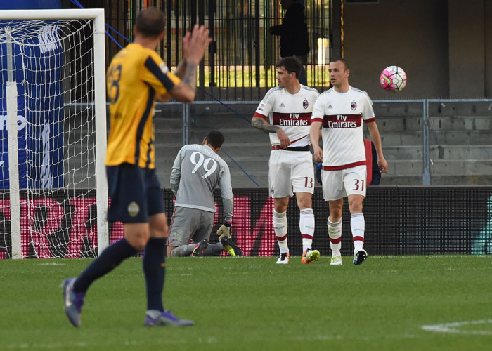 AC Milan players show their disappointment during the Serie A match between Hellas Verona FC and AC Milan at Stadio Marc'Antonio Bentegodi on April 24, 2016 in Verona, Italy.