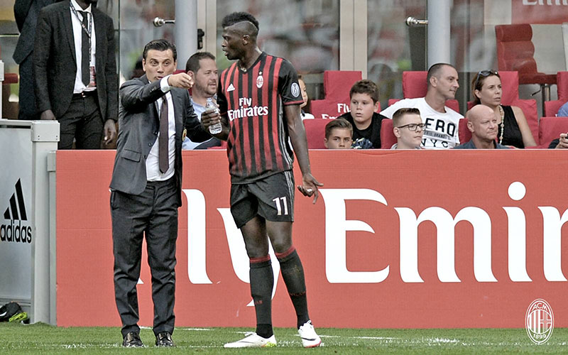 Vincenzo Montella giving instructions to M'Baye Niang during Milan-Torino on August 21st 2016 at Stadio San Siro (@acmilan.com)