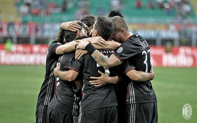 The team celebrates during Milan-Torino on August 21st 2016 at Stadio San Siro (@acmilan.com)