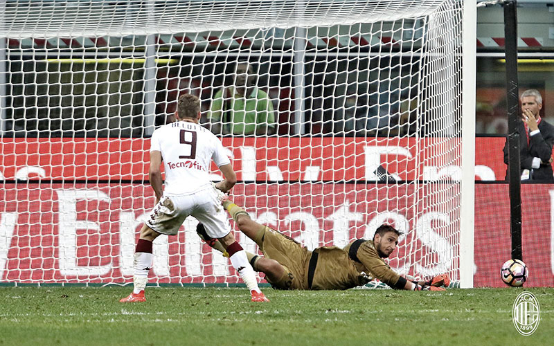 Donnarumma saving Andrea Belotti's penalty during Milan-Torino on the 21st of August 2016 at Stadio San Siro (@acmilan.com)