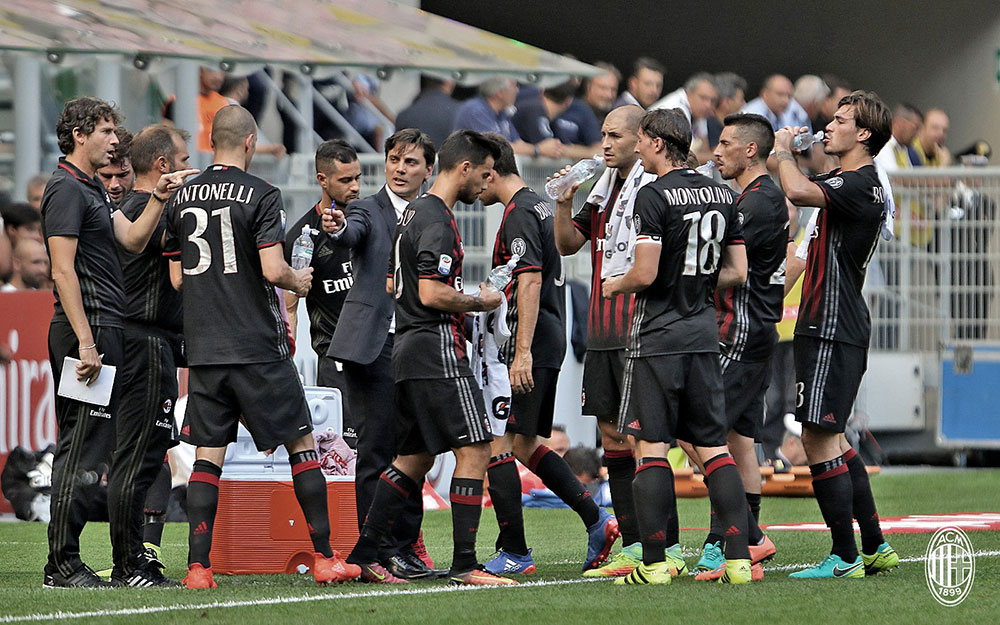 Vincenzo Montella talking to his squad during Milan-Udinese on the 11th of September 2016 at Stadio San Siro (@acmilan.com)