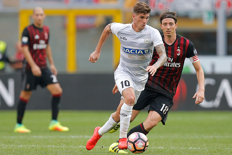 Montolivo and Rodrigo Javier De Paul during Milan 0-1 Udinese on September 11, 2016 at Stadio San Siro (MARCO BERTORELLO/AFP/Getty Images)