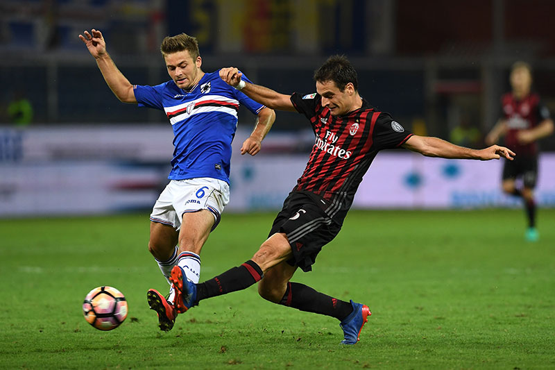 Karol Linetty (L) of UC Sampdoria competes with Giacomo Bonaventura of AC Milan during the Serie A match between UC Sampdoria and AC Milan at Stadio Luigi Ferraris on September 16, 2016 in Genoa, Italy. (Photo by Valerio Pennicino/Getty Images)