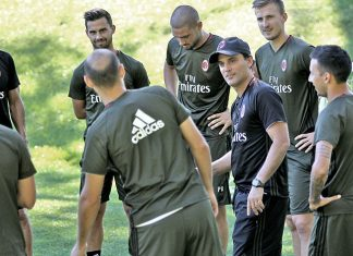 Vincenzo Montella talking to players at Milanello (@acmilan.com)