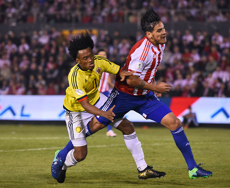 Gustavo Gomez and Juan Cuadrado during the Colombia-Paraguay 2018 World Cup qualifier on October 6, 2016. (NORBERTO DUARTE/AFP/Getty Images)
