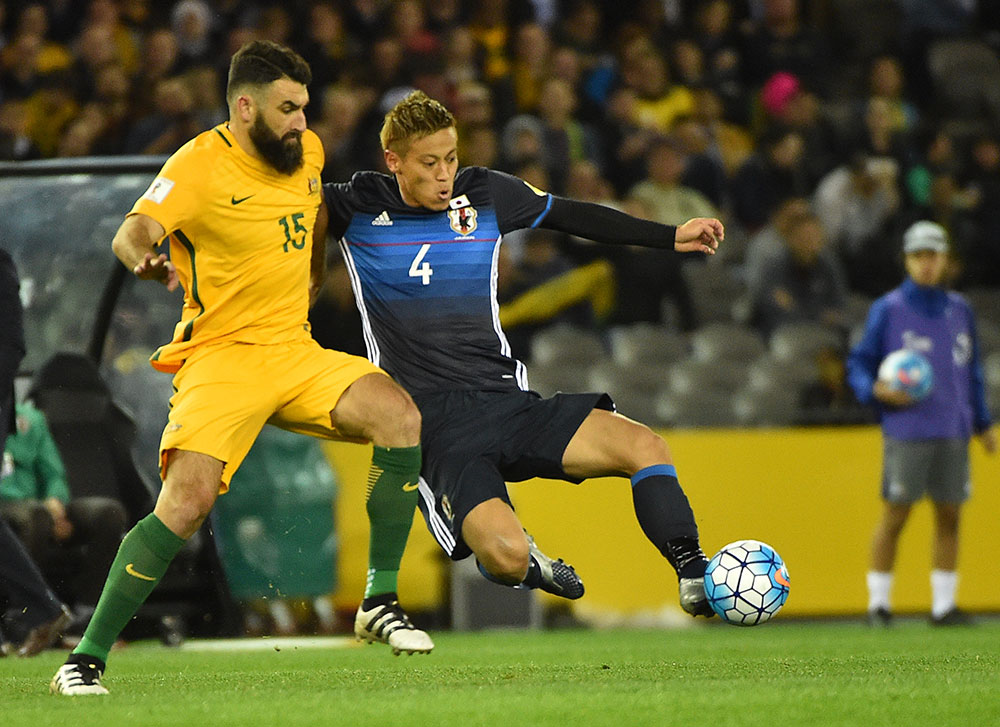 Keisuke Honda and Mile Jedinak during the Australia-Japan World Cup 2018 qualifier on October 11, 2016. (PAUL CROCK/AFP/Getty Images)