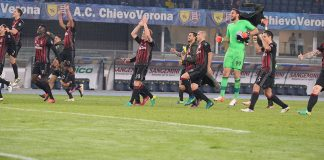 Milan players celebrate victory after the Serie A match between AC ChievoVerona and AC Milan at Stadio Marc'Antonio Bentegodi on October 16, 2016 in Verona, Italy. (Photo by Dino Panato/Getty Images)