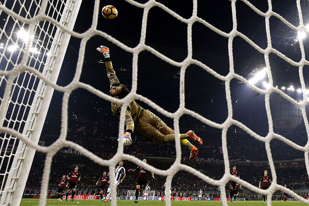 Donnarumma saves a goal during Milan-Juventus at Stadio San Siro on the 22nd of October 2016 (MARCO BERTORELLO/AFP/Getty Images)