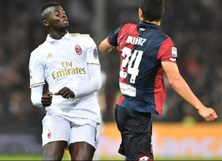 AC Milan's forward from France M'Baye Niang (L) fights for the ball with Genoa's defender from Argentina Ezequiel Munoz during the Italian Serie A football match Genoa vs AC Milan at 'Luigi Ferraris' Stadium in Genova on October 25, 2016. / AFP / GIUSEPPE CACACE (Photo credit should read GIUSEPPE CACACE/AFP/Getty Images)