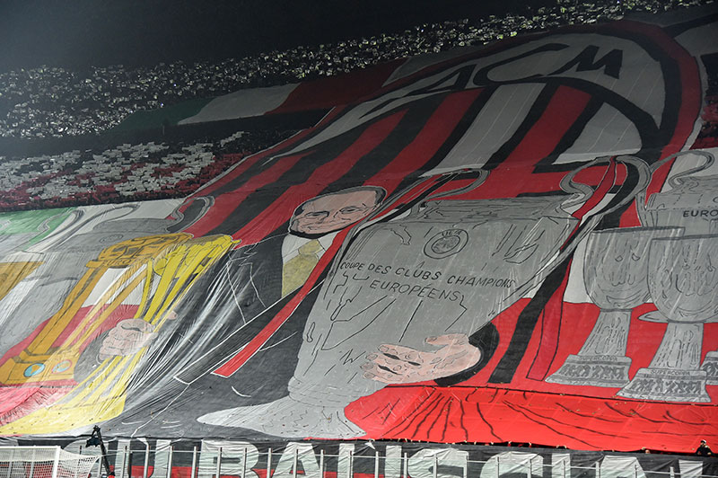 AC Milan supporters deploy a giant flag at the end of the Italian Serie A football match AC Milan Vs Inter Milan on November 20, 2016 at the 'San Siro Stadium' in Milan. / AFP / GIUSEPPE CACACE (Photo credit should read GIUSEPPE CACACE/AFP/Getty Images)