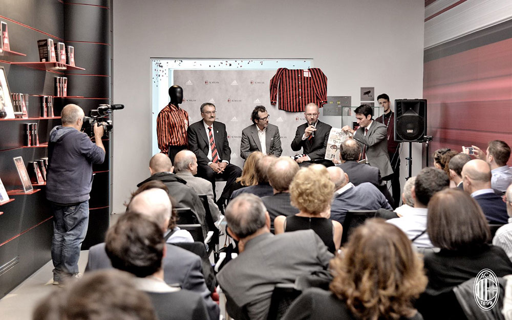 Robert Nieri speaks in a panel at Casa MIlan on the 20th of October 2016 (@acmilan.com)