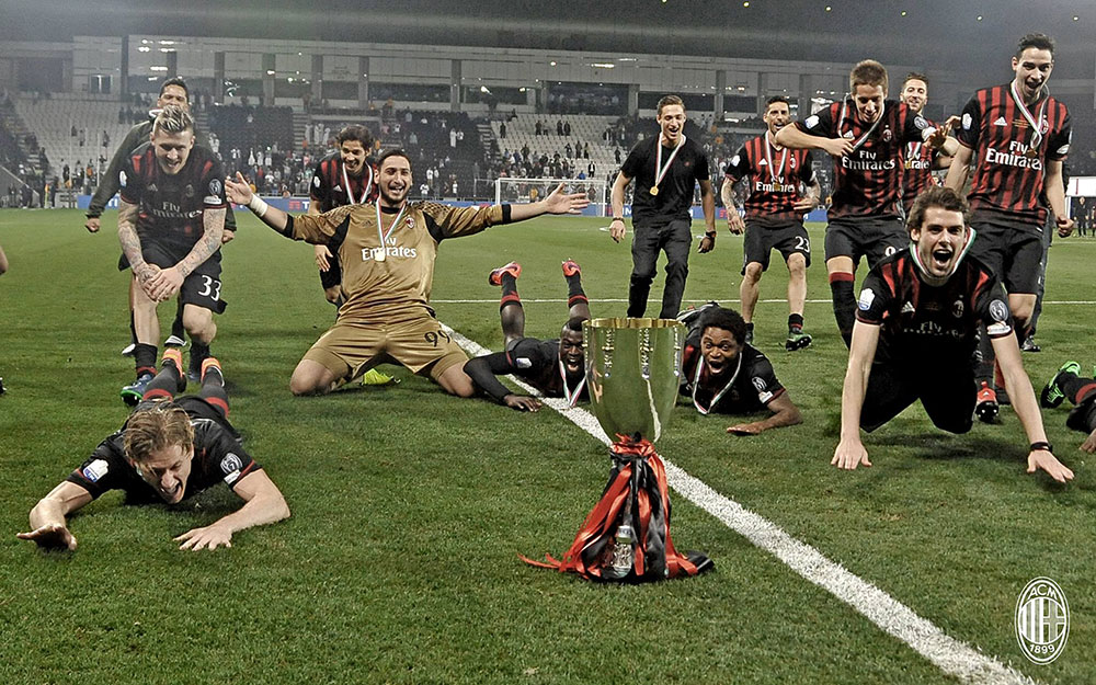 The Milan squad celebrating with the trophy after winning the 2016 Supercoppa Italiana against Juventus at the Jassim Bin Hamad Stadium on the 23rd of December 2016. (@acmilan.com)