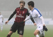 Ignazio Abate of AC Milan is challenged by Roberto Gagliardini of Atalanta BC during the Serie A match between AC Milan and Atalanta BC at Stadio Giuseppe Meazza on December 17, 2016 in Milan, Italy. (Photo by Marco Luzzani/Getty Images)