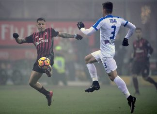 Atalanta's defender from Rafael Toloi from Brasil vies with AC Milan midfielder from Italy Juraj Kucka during the Serie A football match AC Milan vs Atalanta at San Siro Stadium in Milan on December 17, 2016. / AFP / TIZIANA FABI (Photo credit should read TIZIANA FABI/AFP/Getty Images)