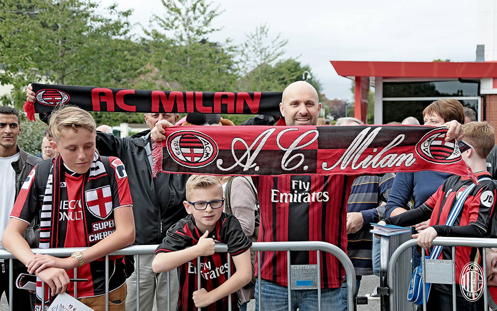 Milan fans before Bournemouth-Milan on the 3rd of September 2016 at the Vitality Stadium (@acmilan.com)