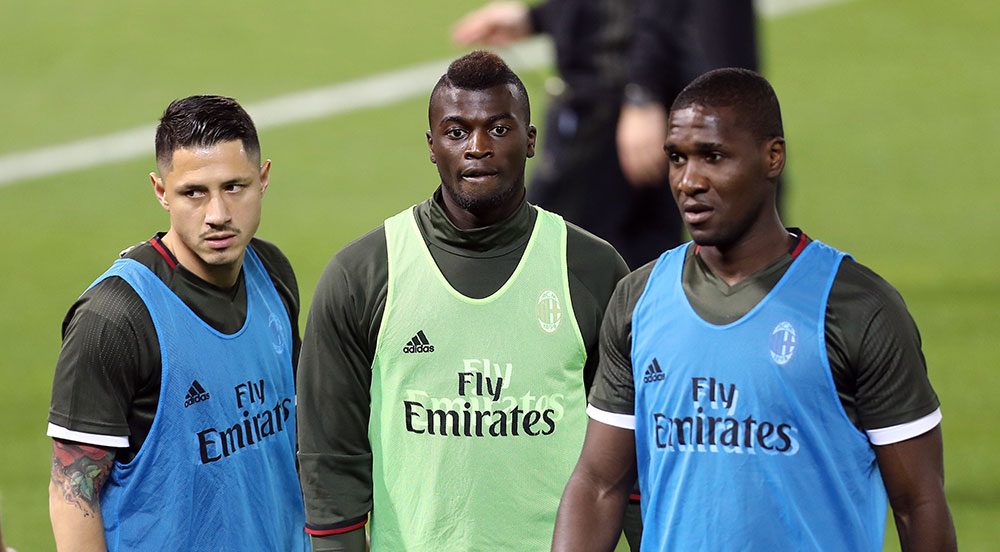 AC Milan's Italian forward Gianluca Lapadula (L), French Forward M'Baye Niang and Colombian defender Cristian Zapata (R) attend a training session in the Qatari capital Doha on December 22, 2016, on the eve of the Final of the Italian Super Cup between AC Milan and Juventus. / AFP / KARIM JAAFAR (Photo credit should read KARIM JAAFAR/AFP/Getty Images)