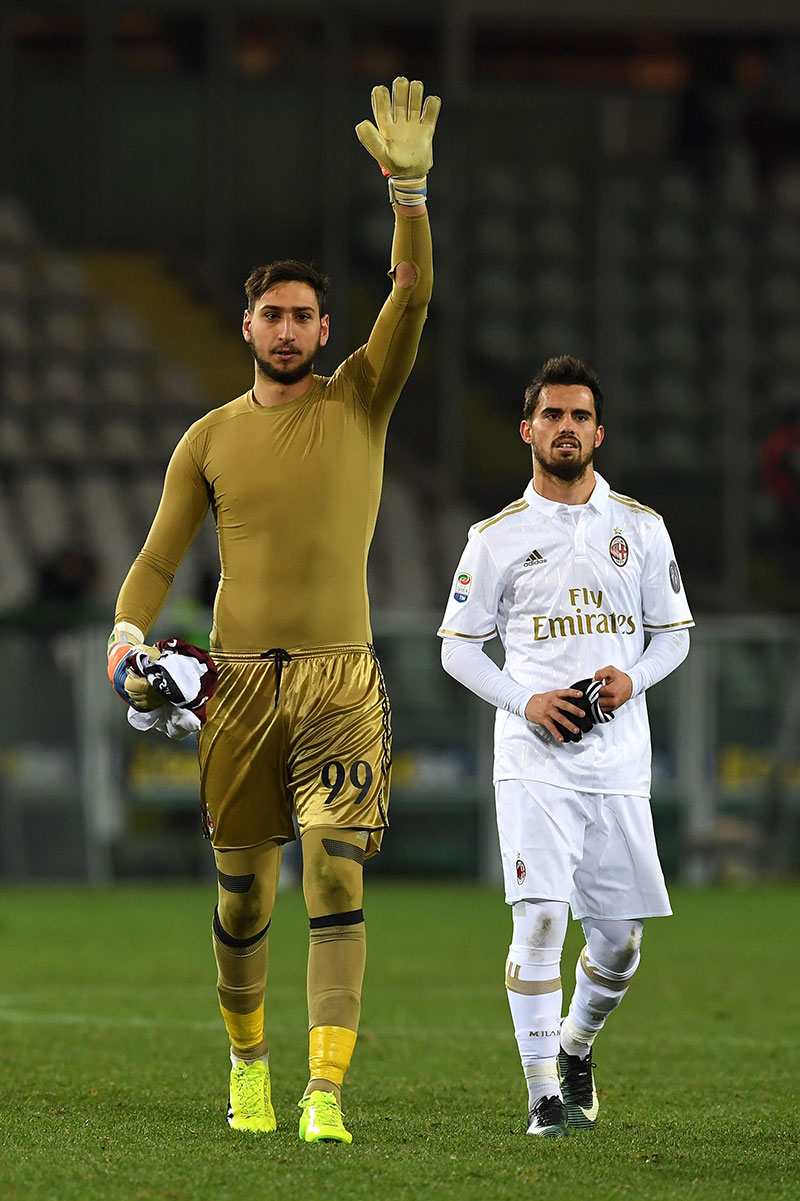 Gianluigi Donnarumma (L) of AC Milan salutes the fans with team mate Fernandez Suso at the end of the Serie A match between FC Torino and AC Milan at Stadio Olimpico di Torino on January 16, 2017 in Turin, Italy. (Photo by Valerio Pennicino/Getty Images)