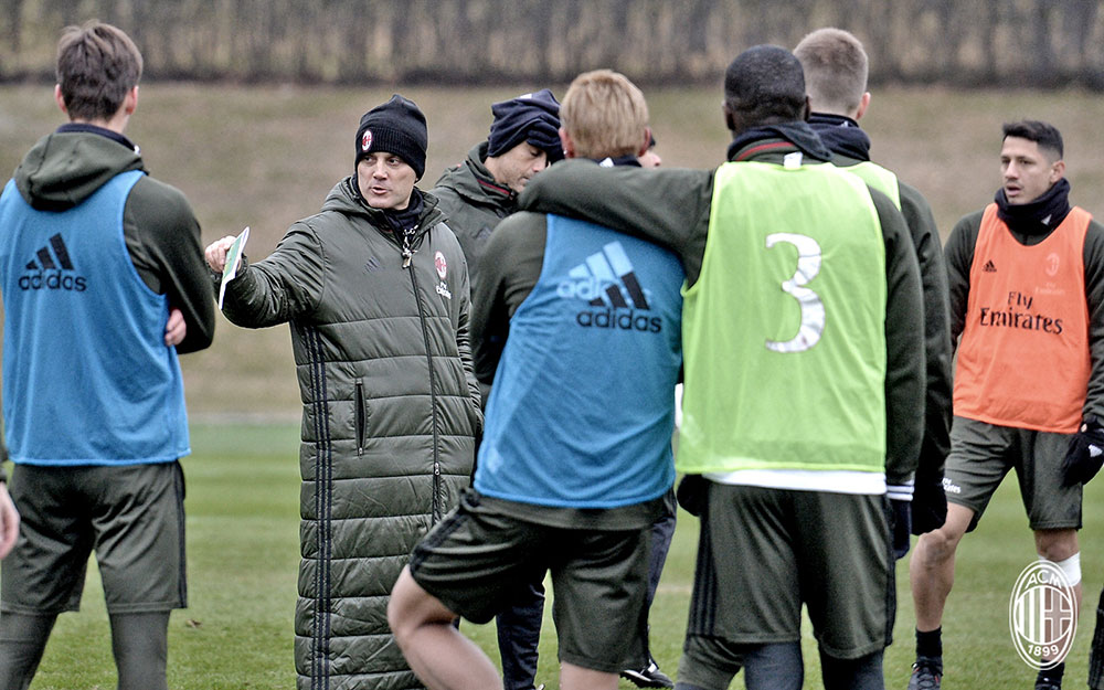 Vincenzo Montella talking to the squad during training (@acmilan.com)