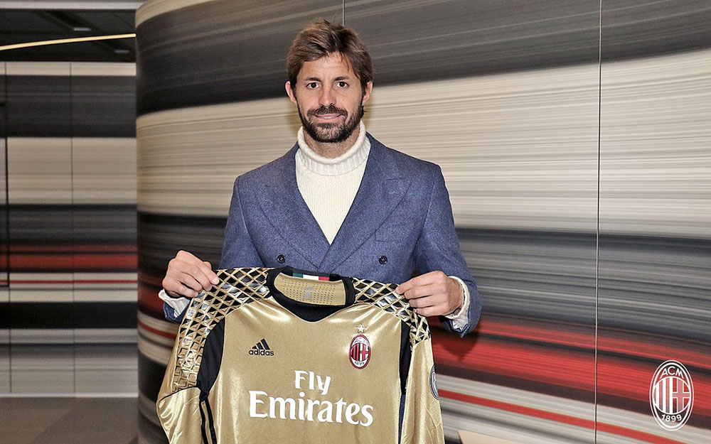 Marco Storari holding the Milan goalkeeper jersey after signing the contract at Casa Milan on the 10th of January 2017 (@acmilan.com)