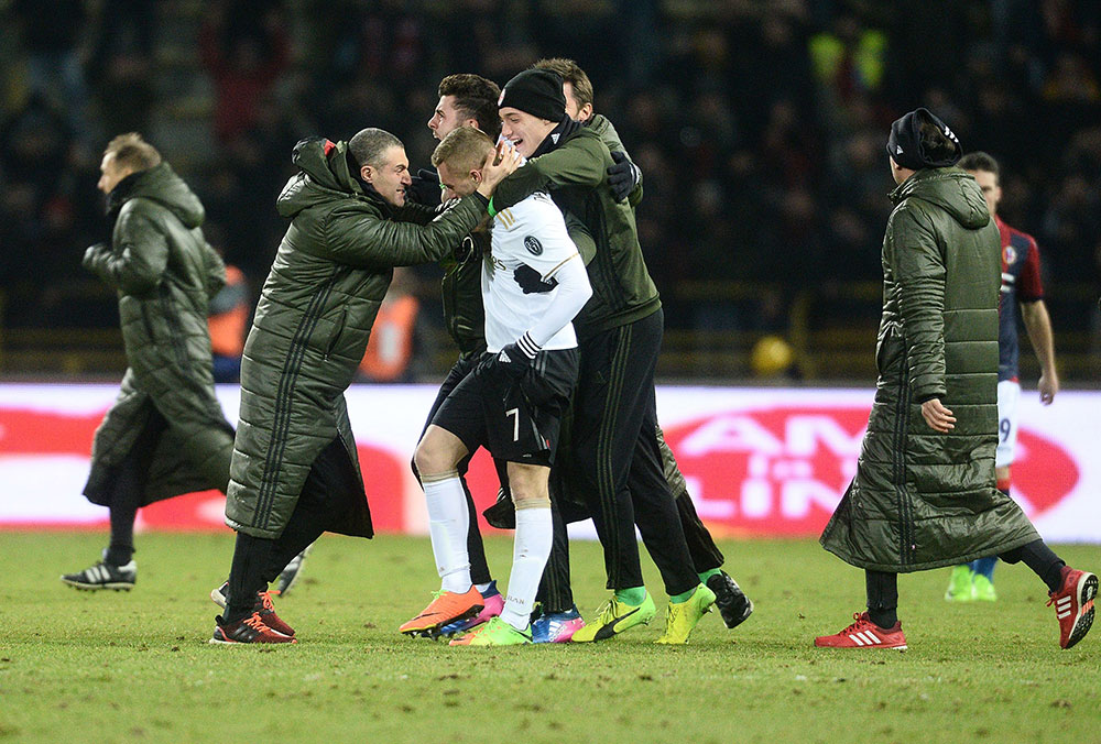 Gerard Deulofeu congratulated at the end of ologna-Milan at Stadio Renato Dall'Ara on the 8th of February 2017. (Photo by Mario Carlini / Iguana Press/Getty Images)