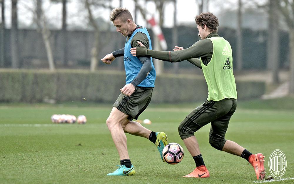 Juraj Kucka and Manuel Locatelli during training at Milanello (@acmilan.com)