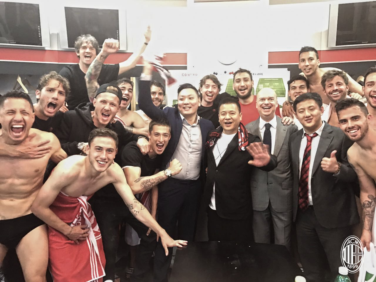 The team along with Yonghong Li, Han Li and Marco Fassone in the locker room after Inter-Milan at Stadio San Siro on the 15th of April 2017. (@acmilan.com)