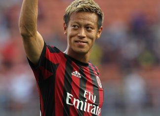 Keisuke Honda salutes the fans at the end of Milan-Bologna at Stadio Giuseppe Meazza on May 21, 2017. (Photo by Marco Luzzani/Getty Images)