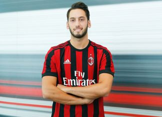Hakan Çalhanoğlu at Casa Milan after signing the contract on the 3rd of July 2017. (@acmilan.com)