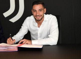 Mattia De Sciglio signing the Juventus contract (via @juventusfc)