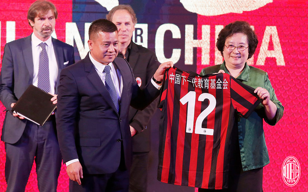 Yonghong Li and Mrs. Ping Wang during a Milan event in Guangzhou, China, on the 16th of July, 2017. (@acmilan.com)