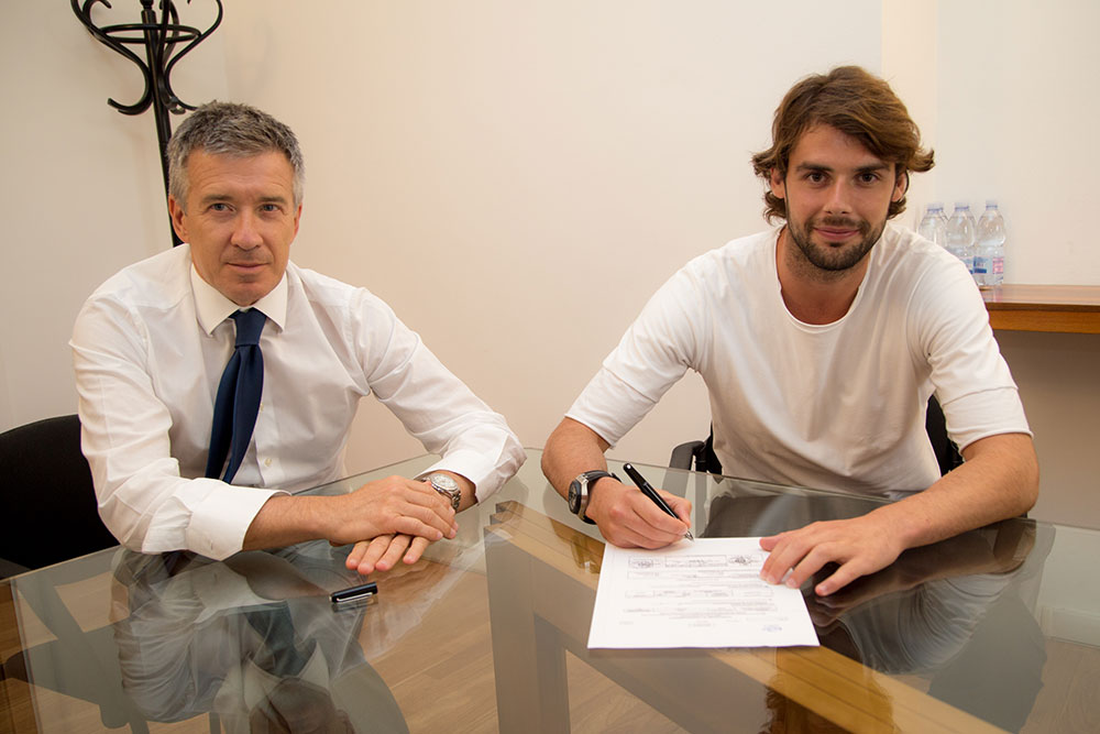 Andrea Poli signing the contract with Bologna (@bolognafc.it)