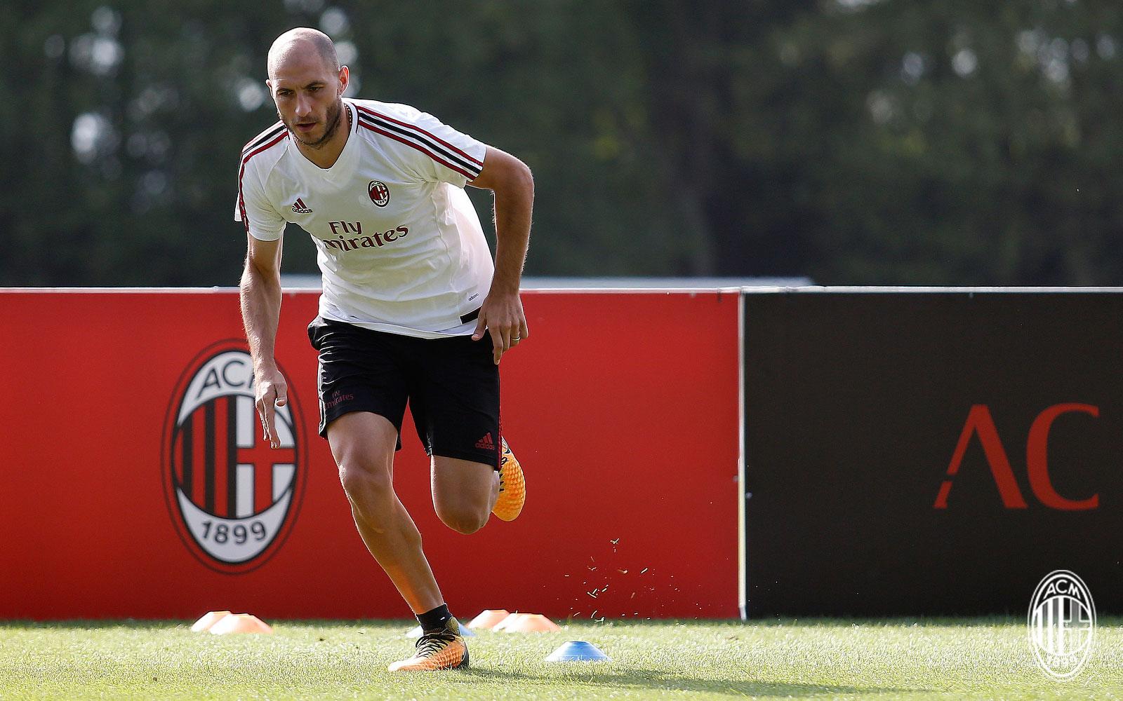 Gabriel Paletta during training at Milanello. (@acmilan.com)