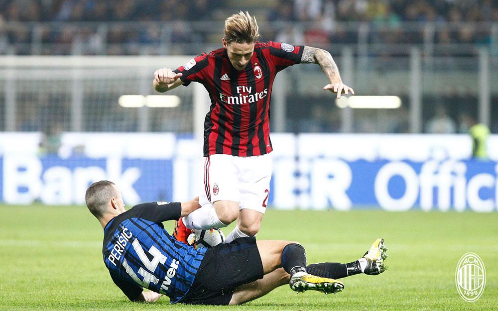 Lucas Biglia and Ivan Perišić during Inter-Milan at Stadio San Siro on October 15, 2017. (@acmilan.com)