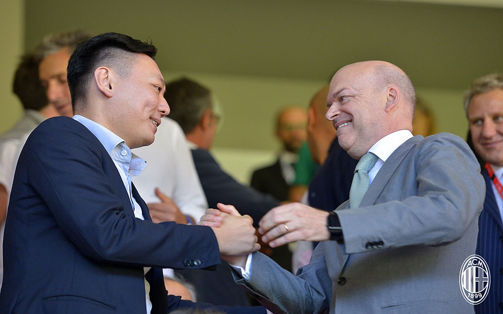 Marco Fassone and Han Li during Milan-Udinese at Stadio San Siro on the September 17, 2017. (@acmilan.com)