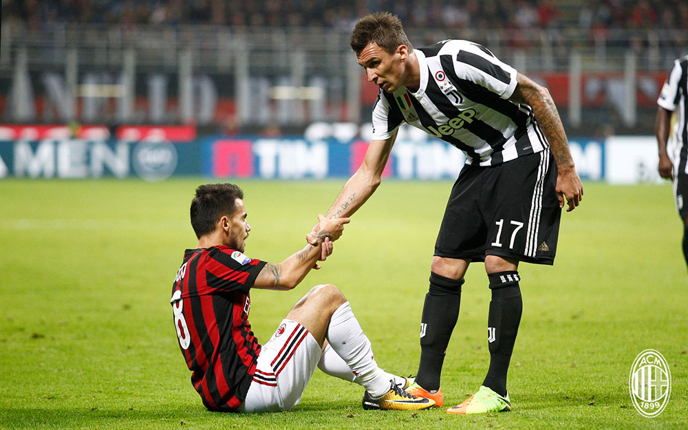 Suso and Mario Mandžukić during  Milan-Juventus at Stadio San Siro on October 28, 2017. (@acmilan.com)