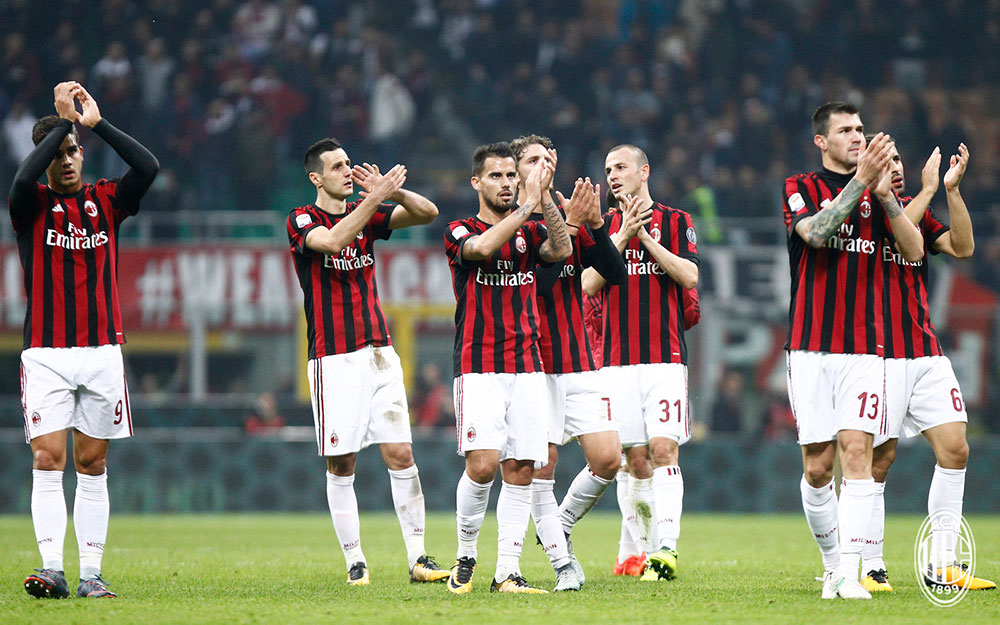 André Silva, Nikola Kalinić, Suso, Manuel Locatelli, Luca Antonelli, Alessio Romagnoli and Ricardo Rodriguez thanking the fans at the end of Milan-Juventus at Stadio San Siro on October 28, 2017. (@acmilan.com)