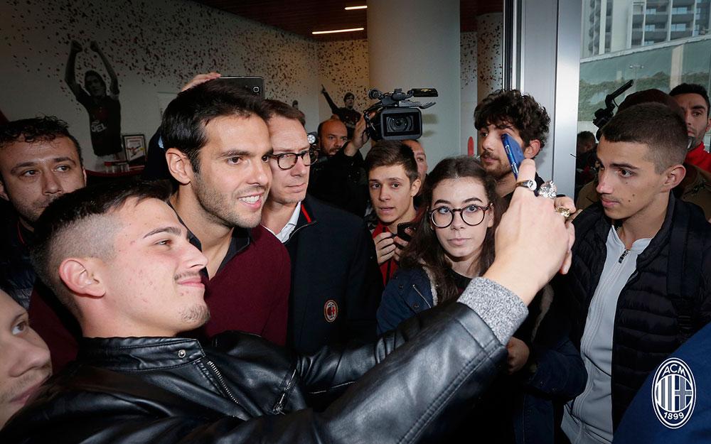 Kaka taking pictures with fans at Casa Milan on November 23, 2017. (@acmilan.com)