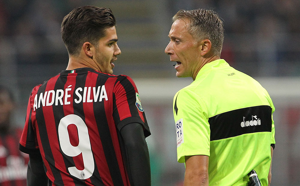 André Silva and referee Paolo Valeri during Milan-Juventus at Stadio San Siro on October 28, 2017. (Photo by Marco Luzzani/Getty Images)