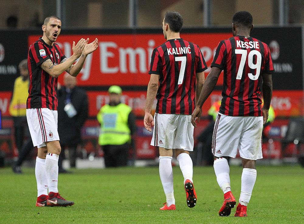 Leonardo Bonucci giving encouragement to Nikola Kalinić as the striker was replaced during Milan-Torino at Stadio San Siro on November 26, 2017.  (Photo by Marco Luzzani/Getty Images)