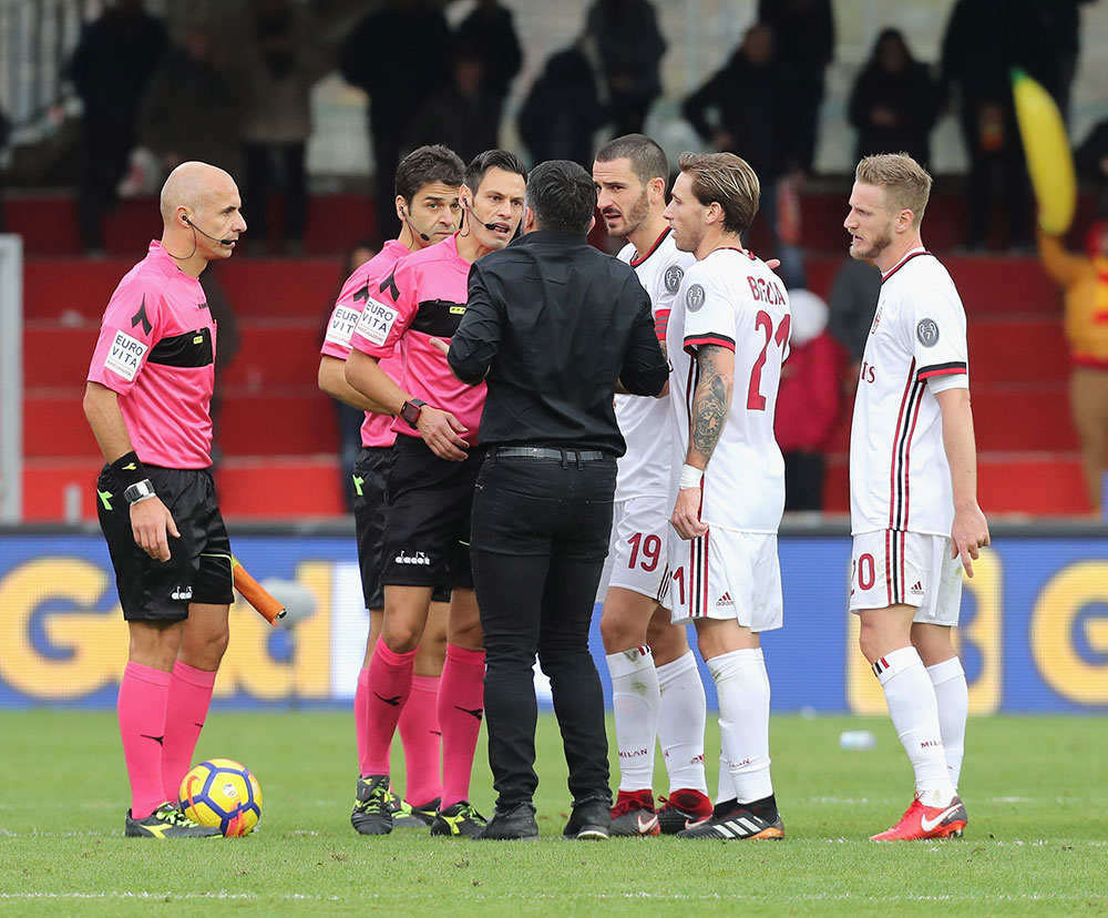 Gennaro Gattuso, Leonardo Bonucci, Lucas Biglia and Ignazio Abate talking to referee Maurizio Mariani at the end of Benevento-Milan at Stadio Ciro Vigorito on December 3, 2017. (Photo by Maurizio Lagana/Getty Images)