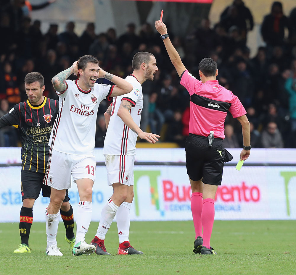 Alessio Romagnoli getting shown the red card by referee Maurizio Mariani during Benevento-Milan at Stadio Ciro Vigorito on December 3, 2017. (Photo by Maurizio Lagana/Getty Images)