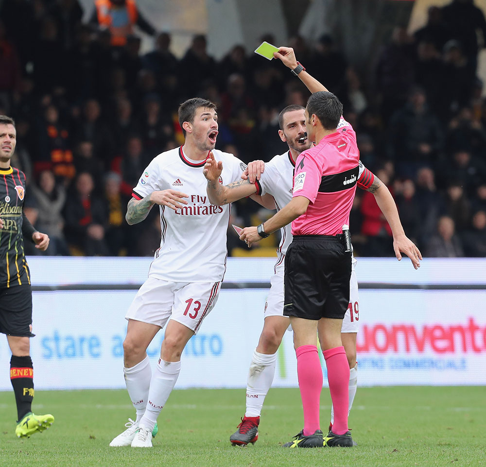 Leonardo Bonucci, Alessio Romagnoli and referee Maurizio Mariani during Benevento-Milan at Stadio Ciro Vigorito on December 3, 2017. (Photo by Maurizio Lagana/Getty Images)