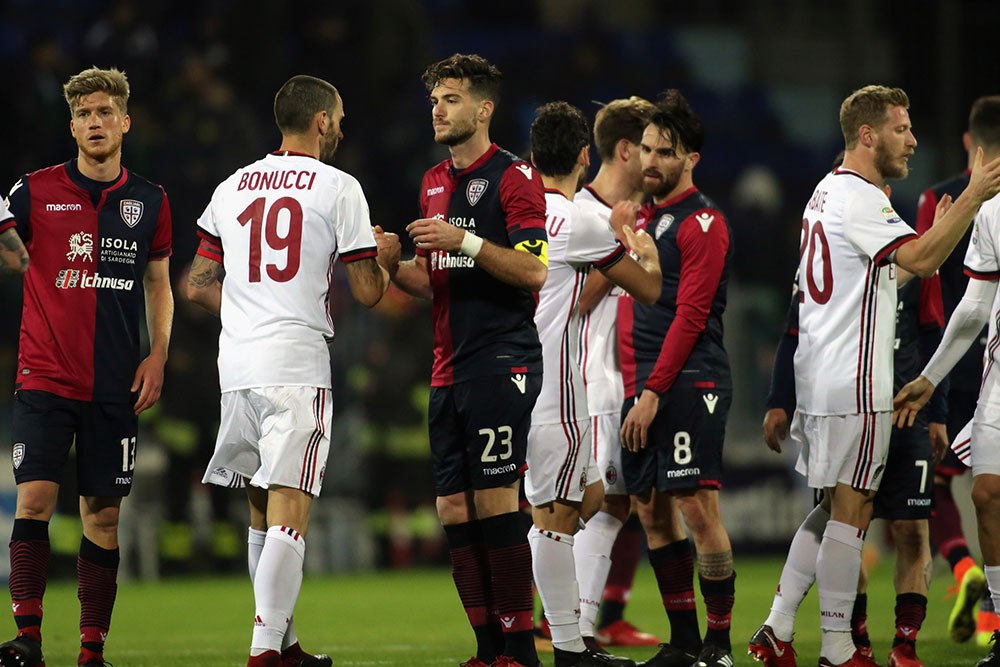 Leonardo Bonucci, Hakan Çalhanoğlu, Lucas Biglia and Ignazio Abate with Cagliari players at the end of Cagliari-Milan at Sardegna Arena on January 21, 2018. (Photo by Enrico Locci/Getty Images)