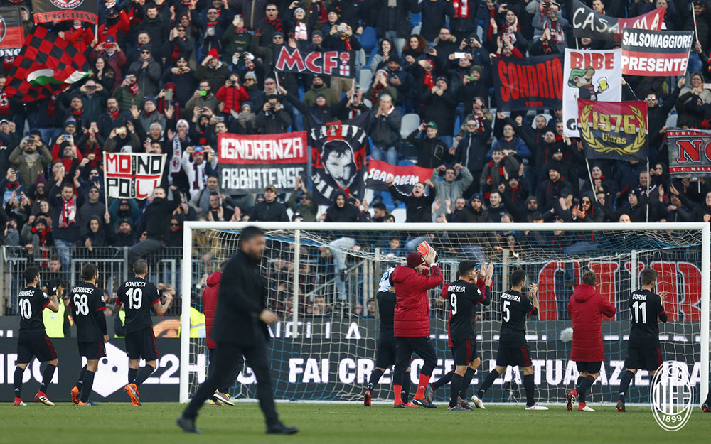 The squad celebrating with the fans at the end of SPAL-Milan at at Stadio Paolo Mazza on February 10, 2018. (@acmilan.com)