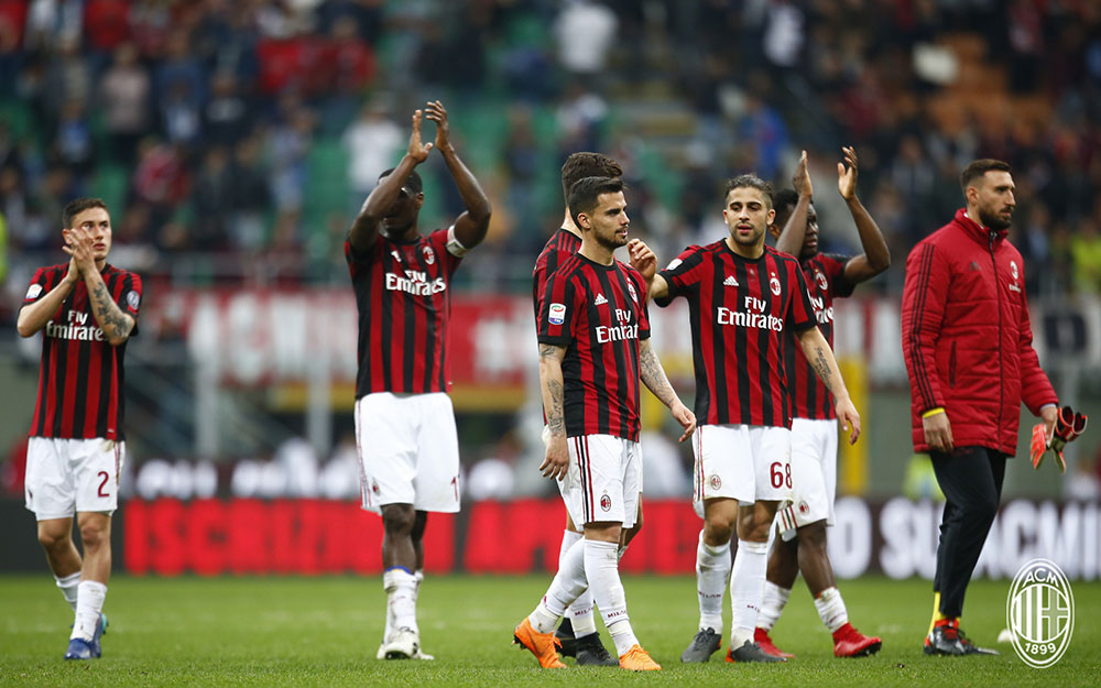 Davide Calabria, Cristian Zapata, Suso, André Silva, Ricardo Rodriguez, Franck Kessié and Antonio Donnarumma thanking the fans at the end of Milan-Napoli at Stadio San Siro on April 15, 2018. (@acmilan.com)