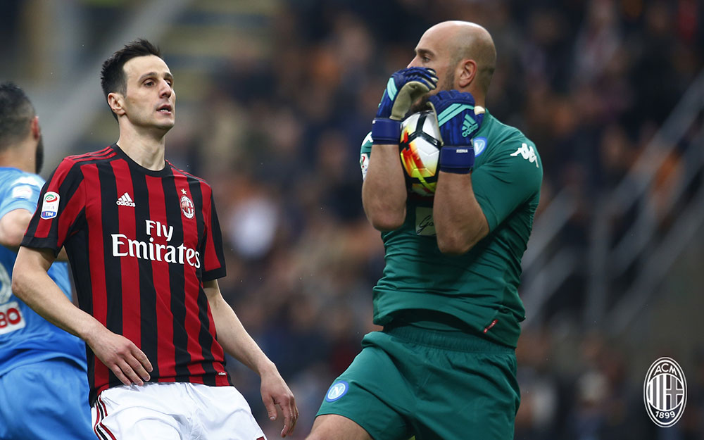 Nikola Kalinić and Pepe Reina during Milan-Napoli at Stadio San Siro on April 15, 2018. (@acmilan.com)