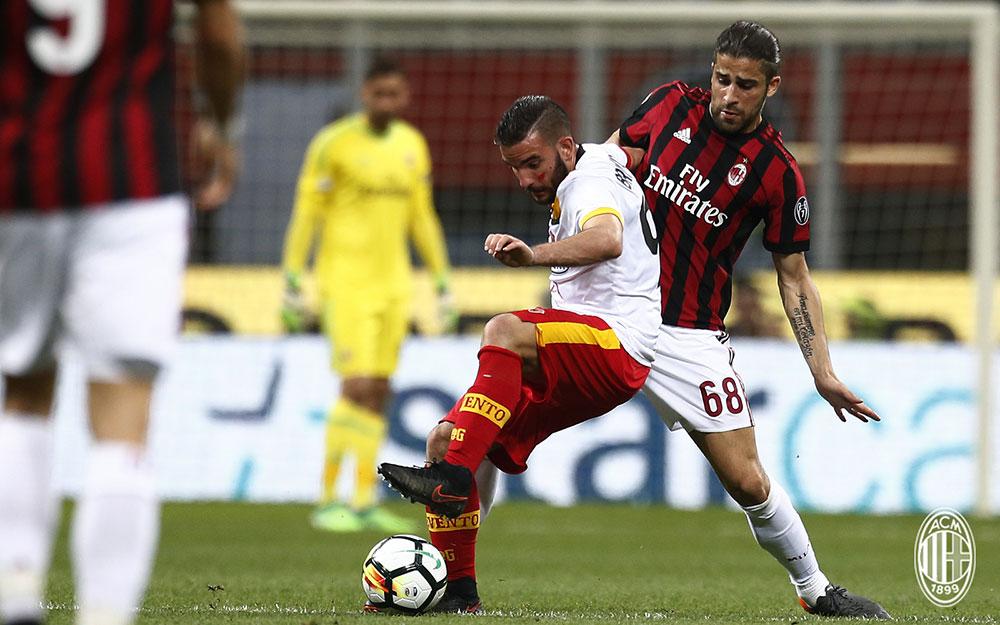 Enrico Brignola and Ricardo Rodriguez during Milan-Benevento at Stadio San Siro on April 21, 2018. (@acmilan.com)