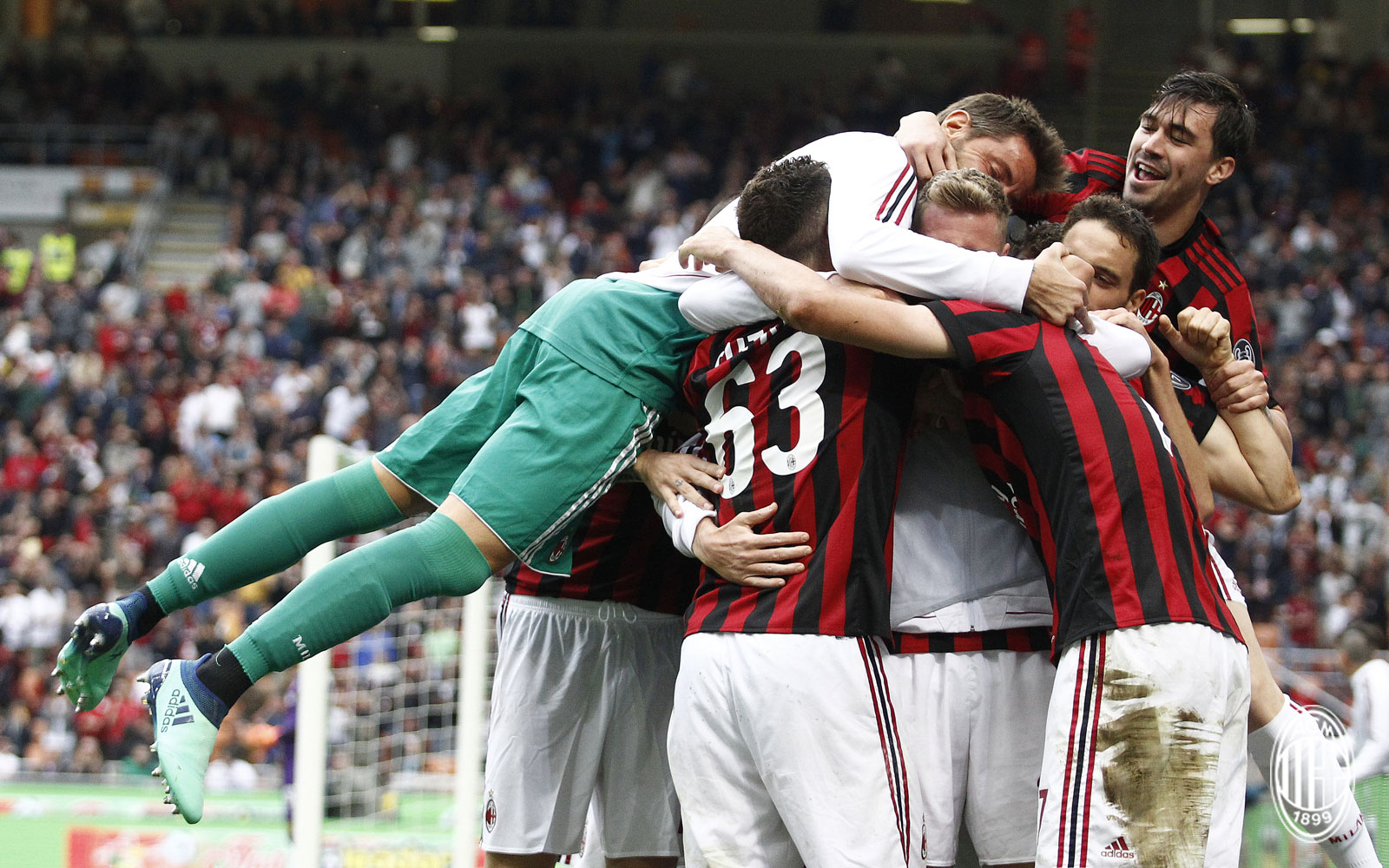 Marco Storari, Patrick Cutrone, Ignazio Abate, Giacomo Bonaventura, Alessio Romagnoli and Nikola Kalinić celebrating during Milan-Fiorentina at Stadio San Siro on May 20, 2018. (@acmilan.com)