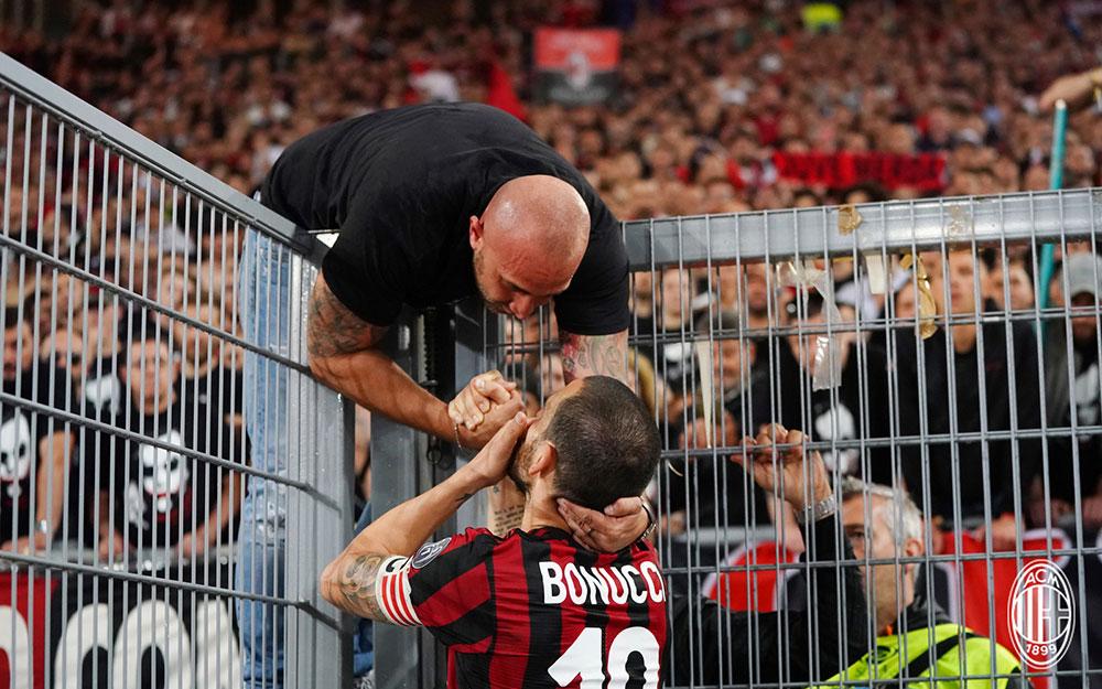 Leonardo Bonucci talking to a Curva Sud leader at the end of Juventus-Milan at Stadio Olimpico on May 9, 2018. (@acmilan.com)