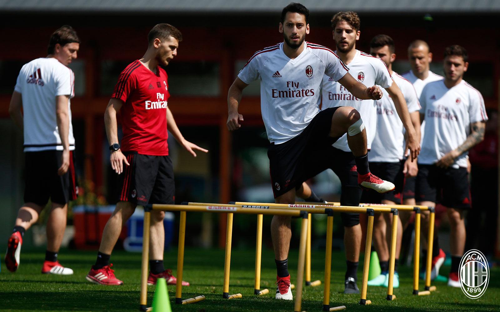 Hakan Çalhanoğlu during training at Milanello. (@acmilan.com)
